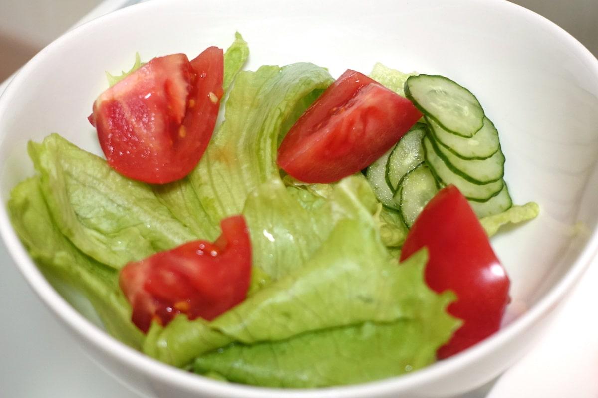 大地を守る会で作ったトマトとレタスのサラダ