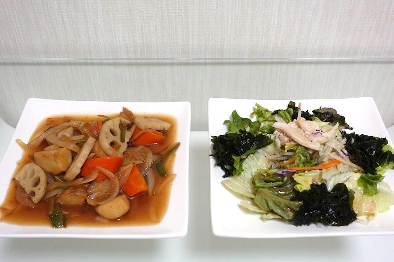 コープデリのタラの中華野菜あんかけと蒸し鶏とわかめのサラダ
