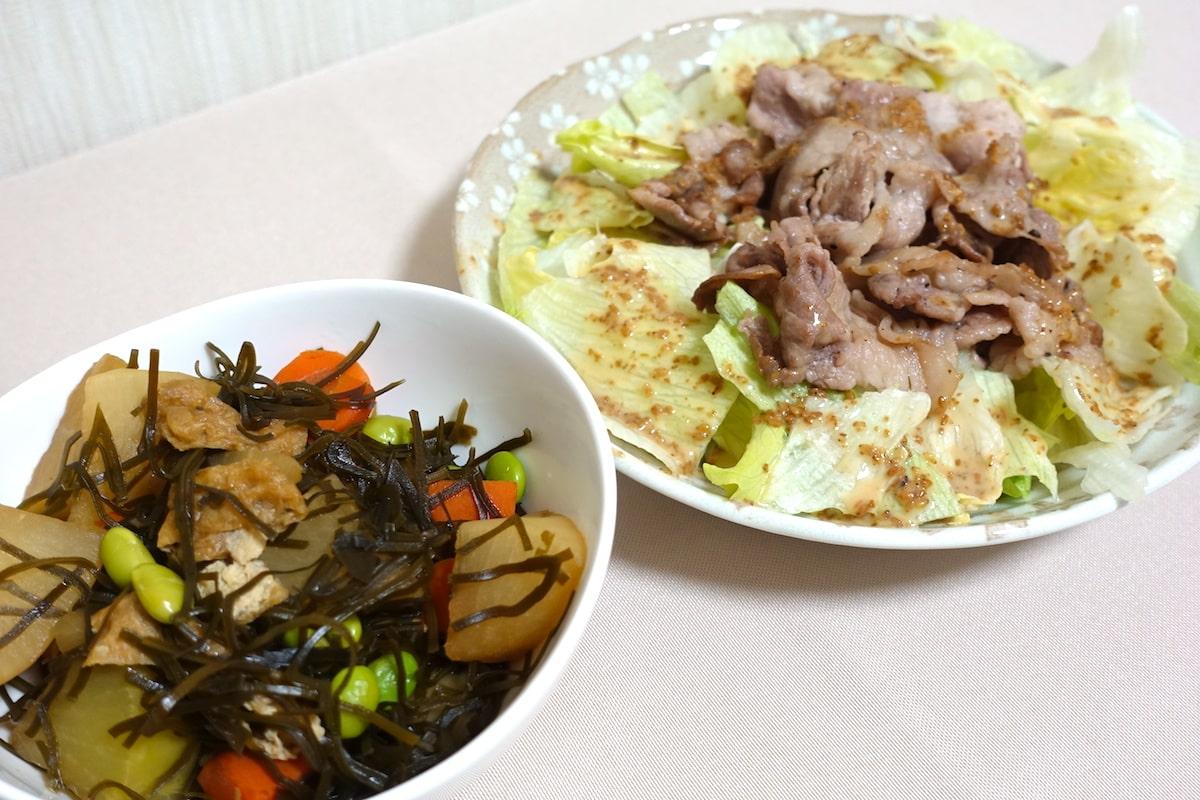 ヨシケイ豚肉のごまドレッシングと刻み昆布と大根の煮もの